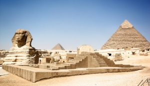 A view of a part of the Giza monuments : the sphinx and the Kephren pyramid